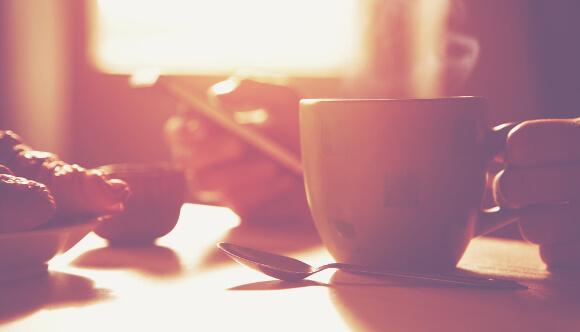 朝起きたらプロテインを飲む